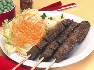 Receita de Espetinhos de carne bovina com salada e batata sauté