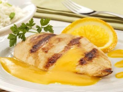 Receita de Filé de peito de frango ao molho de laranja, cenoura e gengibre